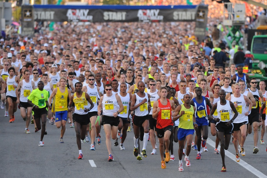 Biegacze na trasie maratonu