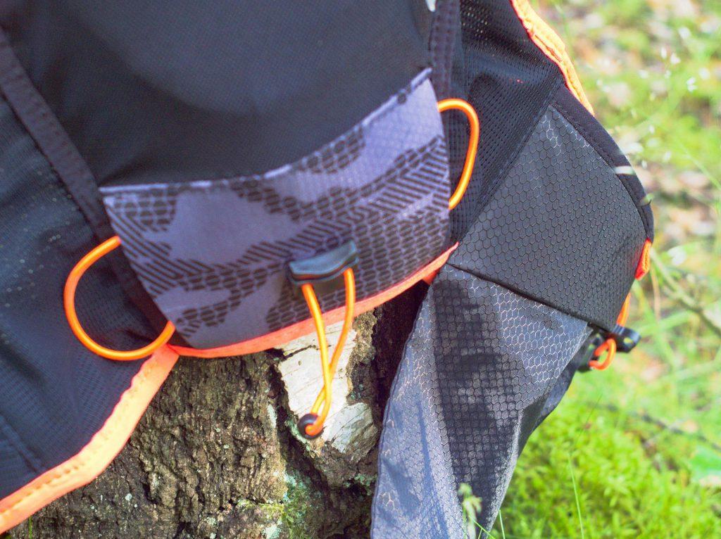 Plecak biegowy Dynafit - Vert4. Mocowanie kijków.